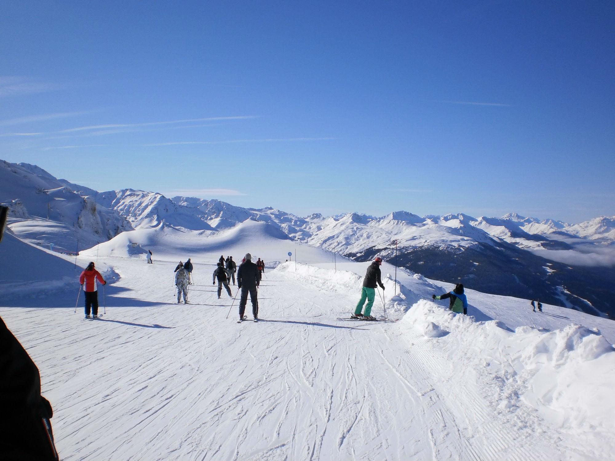 piste arc 1800 ciel bleu neige skieurs